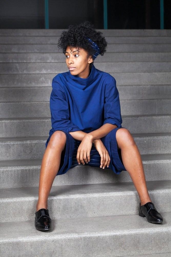 modrotiskové šaty – modelka